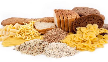 хлеб и макароны на белом фоне