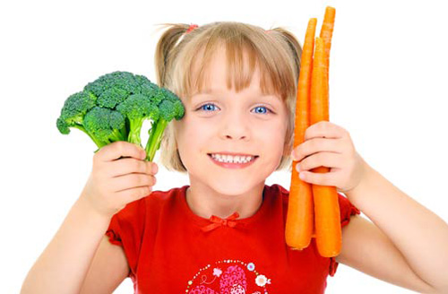девочка с морковью и брокколи