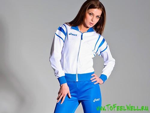 девушка в белой ветровке и синих брюках