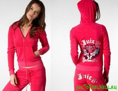 девушка в розовом спортивном костюме с вышивкой