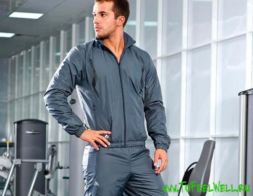 мужчина в сером спортивном костюме стоит