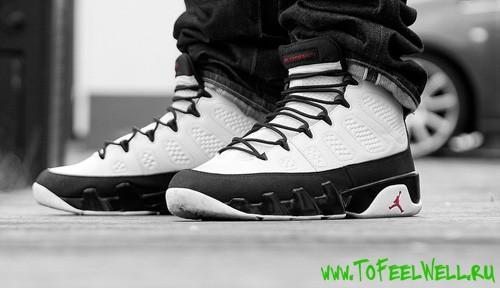 мужские ноги в белых кроссовках