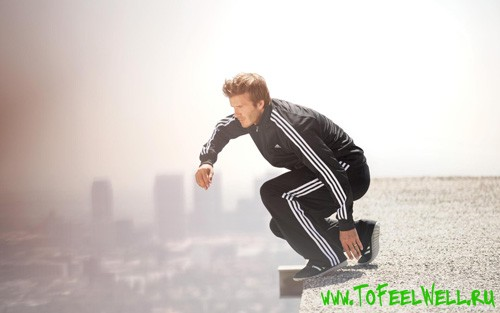 парень в черном спортивном костюме прыгает