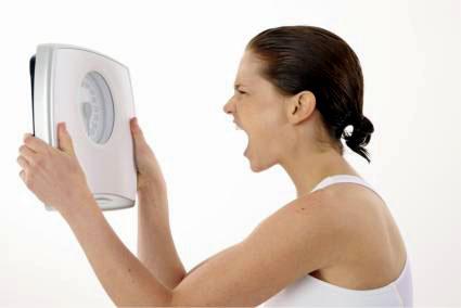 девушка кричит на весы