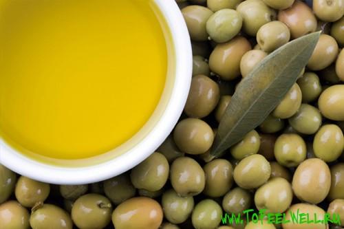масло в чашке на оливках