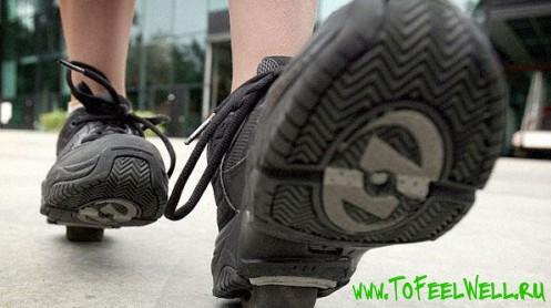 ноги в черных роликовых кроссовках