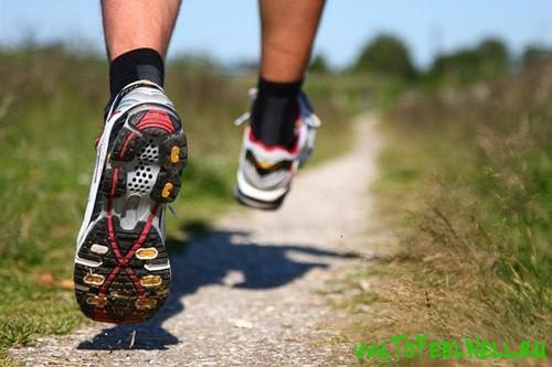 мужчина в кроссовках бежит
