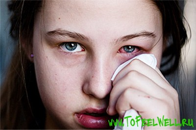 девочка вытирает глаз платком