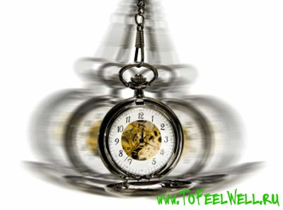 часы на цепочке вращаются