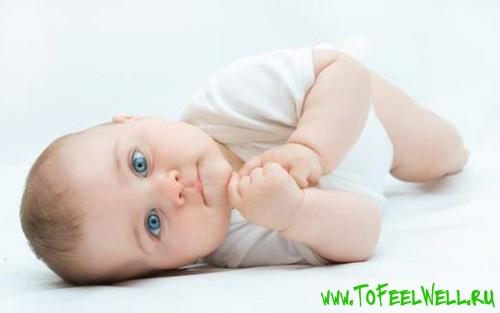 ребенок с голубыми глазами лежит