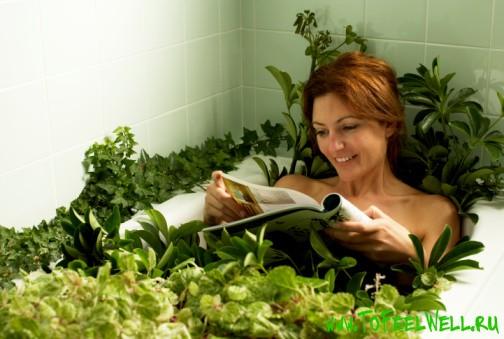 девушка читает журнал в ванной