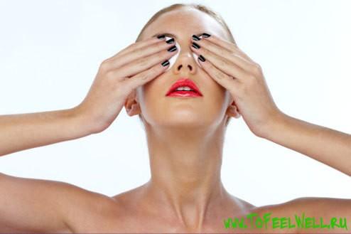 девушка закрыла глаза руками
