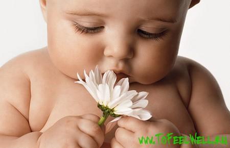 ребенок с белым цветком в руке