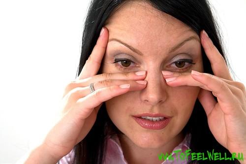 девушка трет глаза руками