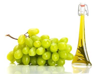 зеленый виноград и бутылка на белом фоне