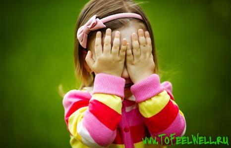 ребенок закрывает глаза руками