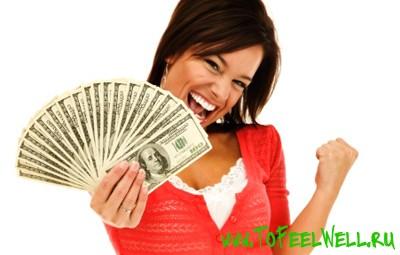 девушка держит в руках доллары