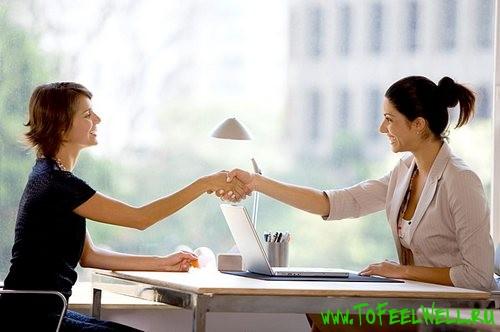 женщины за столом жмут руки друг другу