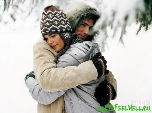 парень и девушка в зимней одежде обнимаются