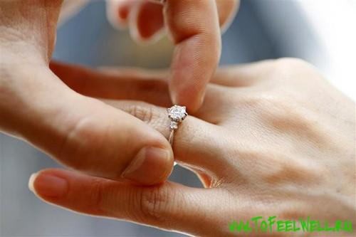 надевает кольцо на палец