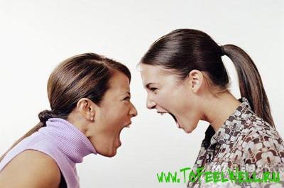 девушки кричат друг на друга