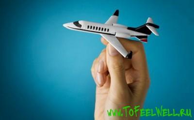 игрушечный самолет в руке