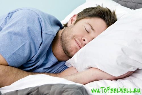 мужчина спит на подушке