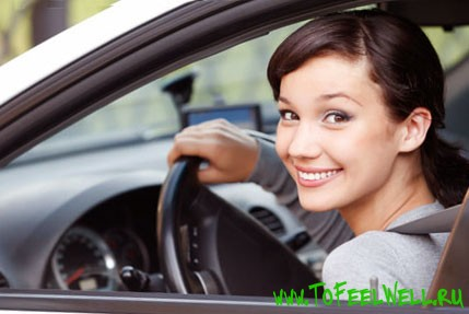 девушка за рулем улыбается