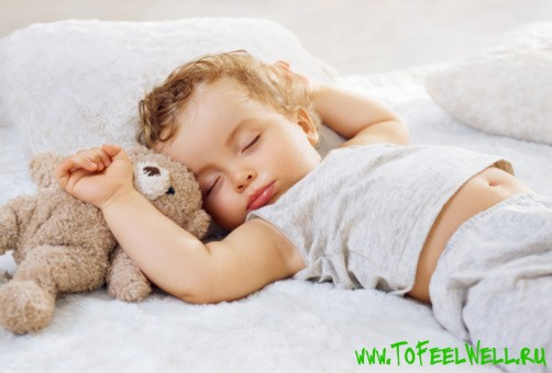 ребенок с игрушкой спит
