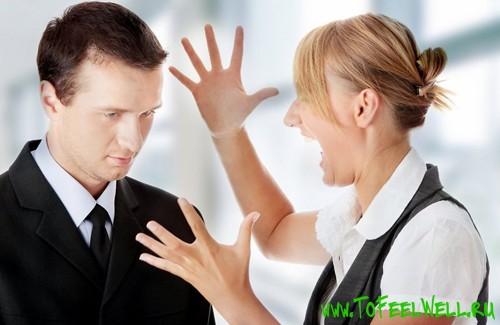 женщина кричит на мужчину и махает руками