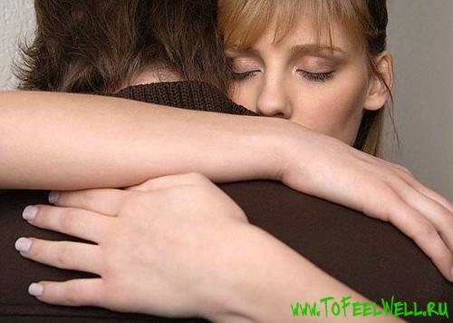 девушка обнимает парня в коричневом свитере