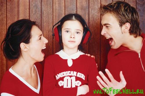 мужчина и женщина кричат на девочку в наушниках