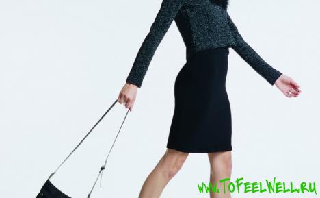 девушка в черной юбке держит сумку в руках