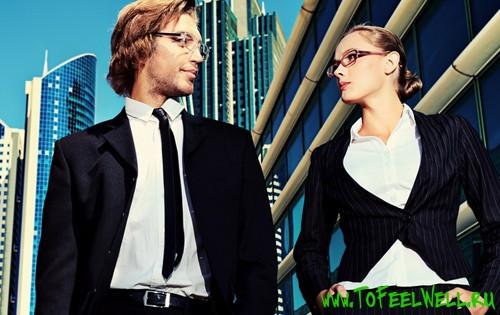 парень и девушка в строгх костюмах смотрят