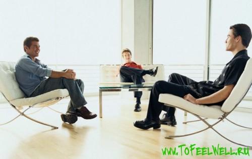 мужчины сидят в креслах
