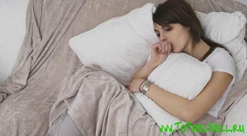 девушка обнимает подушку руками