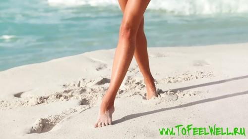 идет по белому песку