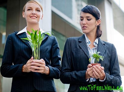девушки в пиджаках держат растения в руках