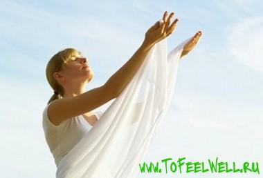 девушка в белом протягивает руки к небу