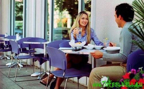 парень и девушка сидят за столиком в кафе