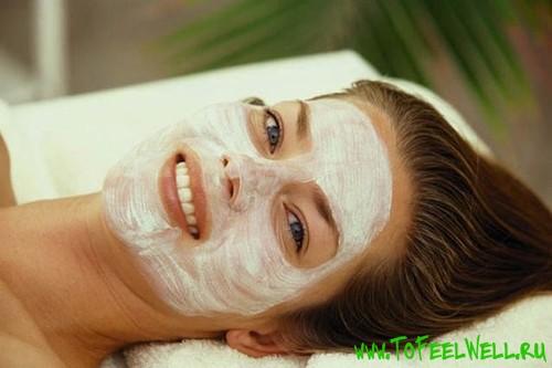 девушка с белой маской на лице лежит