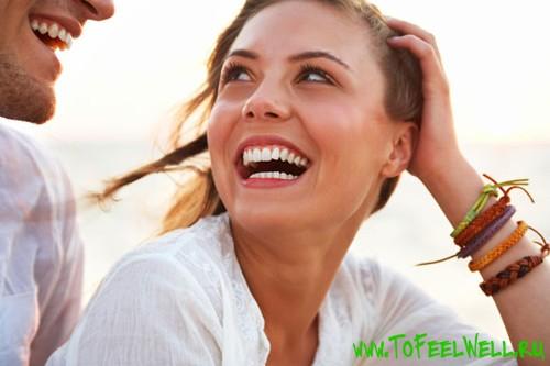 девушка улыбается парню и приглаживает волосы