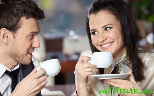 девушка держит чашку и смотрит на мужчину