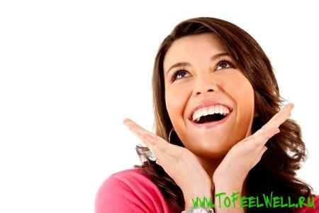 радостная девушка улыбается