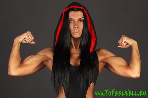 девушка показывает мышцы рук