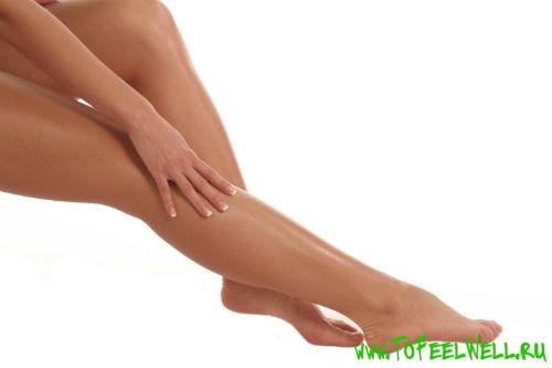 гладкие женские ноги на белом фоне