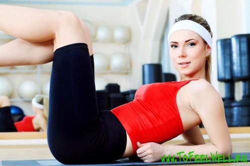спортивная девушка облокачивается на пол