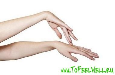 женские руки на белом фоне