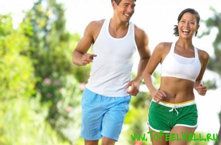 мужчина и женщина бегут и улыбаются