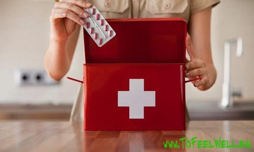 девушка держит красную аптечку